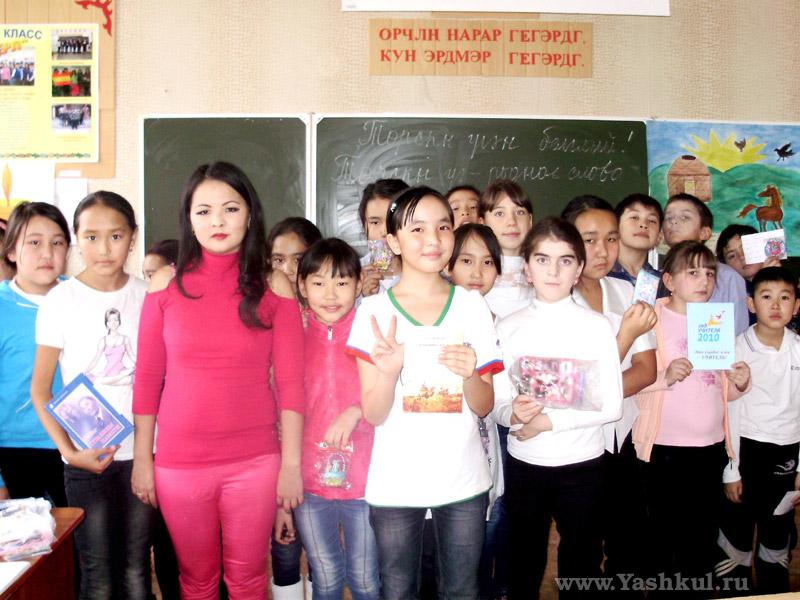 Галина Дарсаева проводит акцию для детей